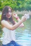 Menina adolescente asiática para relaxar com licença colorida do verão fotografia de stock