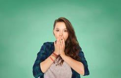 Menina adolescente assustado do estudante sobre a placa verde Imagens de Stock Royalty Free