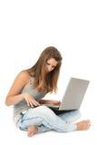 Menina adolescente bonita com computador portátil imagens de stock royalty free