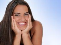 Menina adolescente bonita com o queixo nas mãos Fotos de Stock