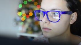 Menina adolescente bonita com vidros no organizador do tela táctil (HD) - vídeo conservado em estoque vídeos de arquivo