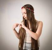 Menina adolescente bonita da hippie na parte superior branca Foto de Stock