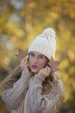Menina adolescente bonita da queda ou do outono imagens de stock
