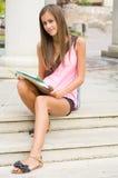 Menina adolescente bonita do estudante. Fotos de Stock