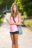 Menina adolescente bonita do estudante. imagens de stock