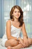 Menina adolescente bonita em casa no vestido branco Imagens de Stock