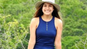 Menina adolescente bonita feliz e sorriso video estoque