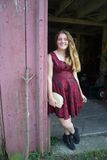 Menina adolescente bonita na entrada do celeiro Fotos de Stock Royalty Free