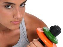 Menina adolescente bonita na roupa do exercício e nos pesos da mão Imagem de Stock