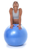 Menina adolescente bonita que estica na esfera do exercício Fotos de Stock