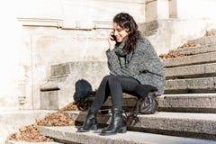 Menina adolescente bonita que fala no telefone Imagem de Stock