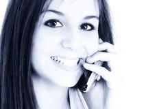 Menina adolescente bonita que fala no telemóvel imagem de stock