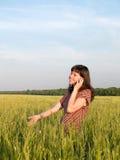 Menina adolescente bonita que fala o campo do telefone móvel Imagem de Stock Royalty Free
