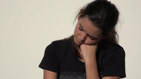 Menina adolescente bonito confusa infeliz video estoque