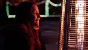 Menina adolescente bonito em ruas de uma cidade da noite Aprecie a noite e a ideia do fogo 60 a 24fps 4K UHD video estoque
