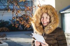 Menina/adolescente bonitos novos que verifica a árvore, ciência da ecologia foto de stock