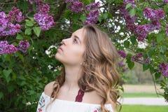 Menina adolescente caucasiano com flores lilás fotos de stock royalty free