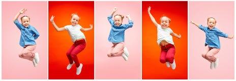 Menina adolescente caucasiano feliz nova que salta no ar, isolado no fundo cor-de-rosa do estúdio fotografia de stock royalty free