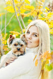 Menina adolescente com cão pequeno Imagem de Stock Royalty Free