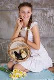 Menina adolescente com a cesta completa dos pintainhos imagem de stock