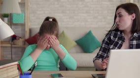 A menina adolescente com deformidades faciais sofre devido a tiranizar no Internet filme