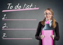 Menina adolescente com marcador grande e para fazer a lista Foto de Stock Royalty Free