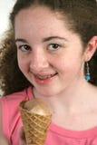Menina adolescente com o cone de gelado Fotografia de Stock