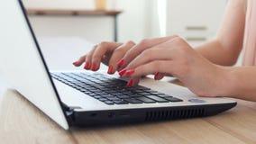Menina adolescente com o portátil portátil para uma comunicação em linha filme