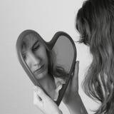 Menina adolescente com sonho do espelho do coração imagens de stock
