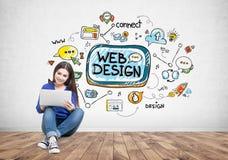 Menina adolescente com um portátil, design web imagem de stock