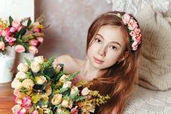 Menina adolescente com um ramalhete das flores Fotos de Stock Royalty Free