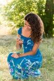 Menina adolescente com um telefone no parque Imagens de Stock