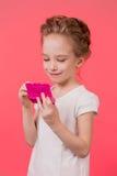 Menina adolescente da composição Mulher bonito dos cosméticos que tem o divertimento com produtos de composição imagem de stock