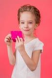 Menina adolescente da composição Mulher bonito dos cosméticos que tem o divertimento com produtos de composição fotografia de stock
