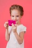 Menina adolescente da composição Mulher bonito dos cosméticos que tem o divertimento com produtos de composição foto de stock