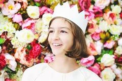 Menina adolescente da idade da beleza na coroa branca Imagem de Stock