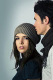 Menina adolescente da idade que menino que beija sua cabeça fotos de stock