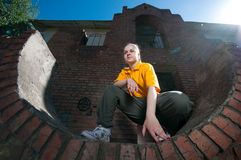 Menina adolescente de hip-hop na parede de tijolo vermelho Fotos de Stock