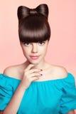 Menina adolescente de sorriso bonita com penteado, composição e colou da curva Fotografia de Stock Royalty Free