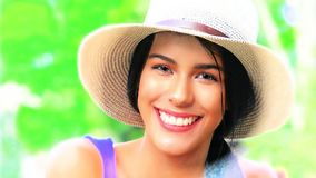 Menina adolescente de sorriso com chapéu imagem de stock royalty free