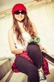 Menina adolescente de sorriso do skater fotos de stock