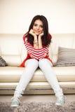Menina adolescente de sorriso em panos coloridos Foto de Stock Royalty Free