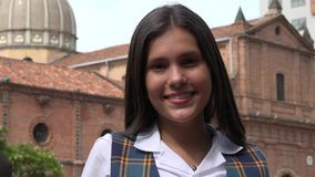 Menina adolescente de sorriso perto da igreja fotos de stock royalty free