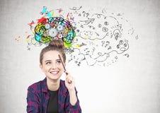 Menina adolescente de sorriso que pensa, lápis, cérebro da roda denteada imagens de stock royalty free