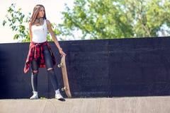 Menina adolescente desportiva com skate Fora, estilo de vida urbano fotos de stock royalty free