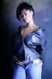 Menina adolescente do americano africano que desgasta um revestimento de couro, mostrando seu roupa interior Fotografia de Stock Royalty Free