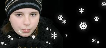 Menina adolescente do inverno que funde a neve mágica imagens de stock