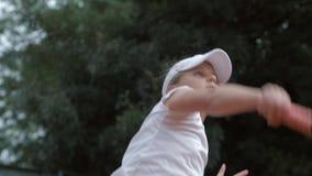 Menina adolescente do jogador de tênis ambicioso determinado que bate a raquete na bola no fim da corte acima filme