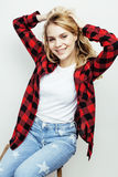 Menina adolescente do moderno consideravelmente à moda dos jovens que levanta emocional isolado no sorriso fresco de sorriso feli Imagem de Stock Royalty Free