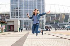 Menina adolescente do moderno que escuta a música e que tem o divertimento Fotografia de Stock Royalty Free